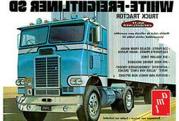 AMT 1004/06 1/25 Scale White Freightliner Single Drive Tract