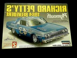 Model Kit NASCAR #43 Richard Petty's 1964 Plymouth Belvedere