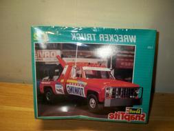 REVELL SNAPTITE 1977 GMC WRECKER TOW TRUCK #6393 1/25 MODEL